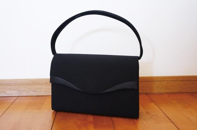 女性のお葬式用の黒のハンドバッグのイメージ画像