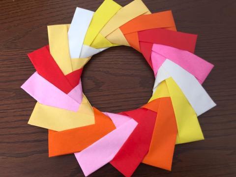 折り紙で作るリース壁飾りの完成品